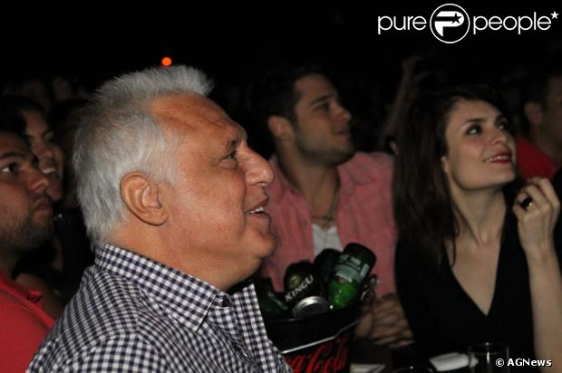 Antônio Fangundes está dividindo o mesmo teto com a namorada Arieta Correa, 28 anos mais nova, segundo informações do jornal 'Extra', nesta segunda-feira, 25 de março de 2013