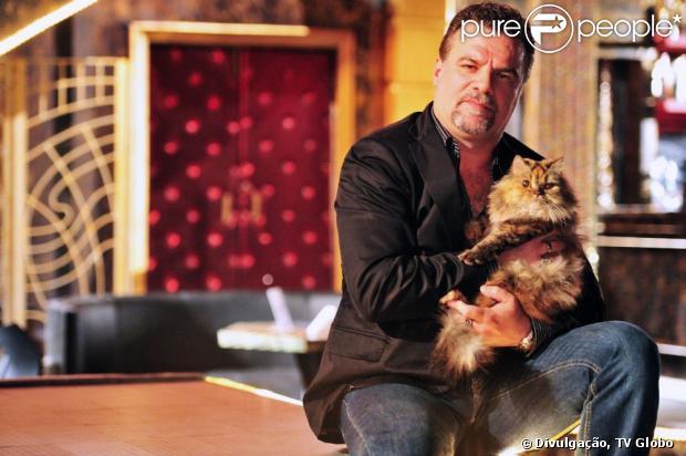 Russo (Adriano Garib) é carinhoso com o gato Yuri, em 'Salve Jorge'