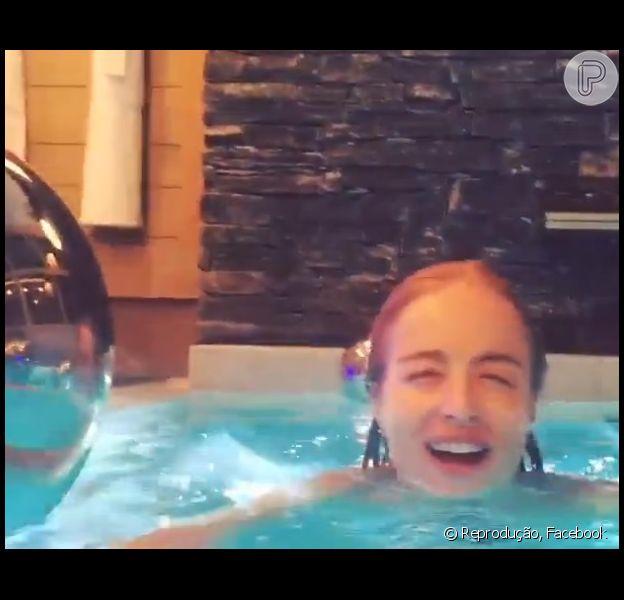 Angélica brincou em piscina imitando a abertura do 'Fantástico'