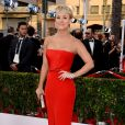 Kaley Cuoco veste Romona Keveza no Screen Actors Guild Awards 2015