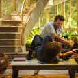Cassiano (Henri Castelli) bate em Alberto (Igor Rickli) por causa de sua traição, em 'Flor do Caribe'