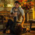 Alberto (Igor Rickli) tenta se defender da fúria de Cassiano (Henri Castelli), em 'Flor do Caribe'