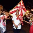 Cantora norte-americana Queen Latifah posa com casal de Mestre-Sala e Porta-Bandeira