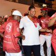 Queen Latifah dança com passistas em ensaio de rua do Salgueiro
