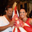 Cantora norte-americana Queen Latifah beija pavilhão do Salgueiro