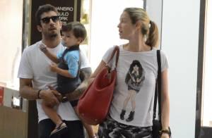 Luana Piovani curte passeio com Pedro Scooby e o filho, Dom, em shopping do Rio