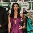 Megan Fox apostou em vestido com fenda e decote para première do filme 'As Tartarugas Ninjas', em Tóquio