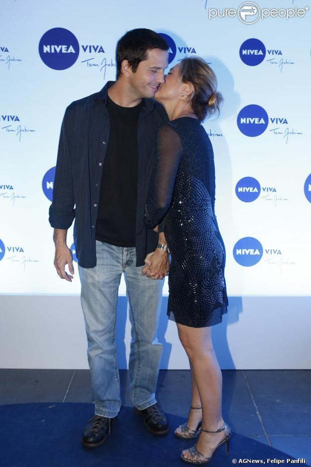 Adriana Esteves beija Vladimir Brichta em show de Vanessa da Mata, no Rio de Janeiro, em 9 de abril de 2013
