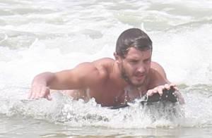 Sem camisa, Klebber Toledo, de 'Império', surfa em praia e mostra boa forma
