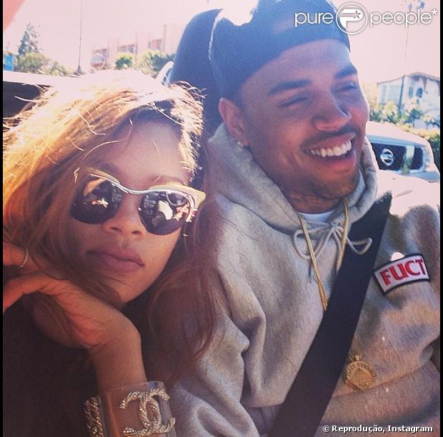 Rihanna posa ao lado de Chris Brown e posta foto no instagram, em 10 de abril de 2013