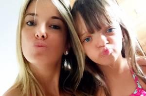 Ticiane Pinheiro combina look com a filha, Rafaella, para dia em piscina