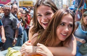 Bruna Marquezine grava cenas da novela 'I Love Paraisópolis' com Tatá Werneck