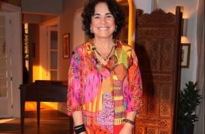 Regina Duarte vai a evento com look 'solar' e conta: 'Calça do meu pijama'