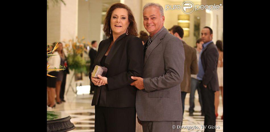 A vida dupla de Tina (Elizabeth Savala) é descoberta por Laura (Nathalia Dill), em 'Alto Astral', Pedro (Kadu Moliterno) é o segundo marido da dona de casa