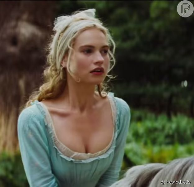 Lily James aparece vestida como Cinderela no trailer da adaptação do clássico da Disney, em 11 de fevereiro de 2015