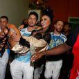 Sabrina Sato foi carregada no colo pelo namorado, João Vicente de Castro, após o desfile da Vila Isabel