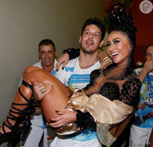 Sabrina Sato foi carregada no colo pelo namorado, João Vicente de Castro, após o desfile da Vila Isabel, na madrugada desta segunda-feira (16 de fevereiro de 2015)