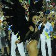 Fantasiada de Cisne Negro, Sabrina Sato brilhou como rainha de bateria da Vila Isabel no Carnaval 2015