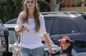 Alessandra Ambrósio leva a filha, Anja, para fazer compras em Los Angeles