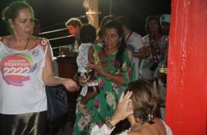Regina Casé se diverte no camarote Expresso 2222 com o filho Roque, em Salvador
