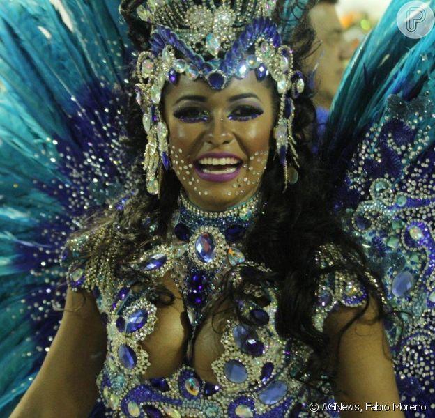 Raíssa Oliveira, rainha de bateria da Beija-Flor, usa fantasia com 30 mil cristais avaliada em R$ 45 mil, em 17 de fevereiro de 2015