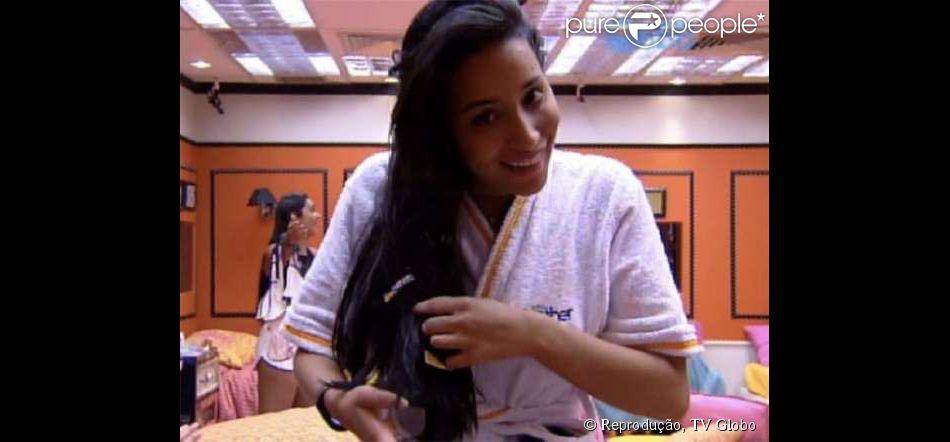 Talita acha pedaço de pacote de preservativo grudado em sue cabelo, em 19 de fevereiro de 2015