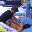 Talita recebe massagem do Rafael