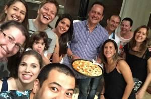 Michel Teló se reúne com família de Thais Fersoza para comer pizza: 'Turma boa'