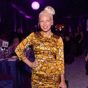 Sia mostra o rosto ao participar de festa pós-Oscar em Los Angeles