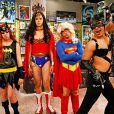 Ainda em 'Big Bang Theory', o elenco se vestiu de suas heroínas favoritas para a gravação de um episódio. Sheldon (Jim Parsons) de Mulher-Maravilha, Leonard (Johnny Galecki) de Supergirl, Raj (Kunal Nayyar) de Mulher-Gato e Howard (Simon Helberg) de Batgirl