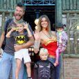 O maridão e os aniversariantes se vestiram de Batman.  O casal levou para a festa a sobrinha Betina, que não deixou o colo da titia Fernanda