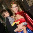 A bela Carolina Dieckmann comemorou o aniversário de 4 anos do filho José fantasiada de Mulher-Maravilha, em agosto de 2011
