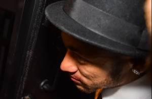 Solteiro, Neymar sai do aniversário da irmã com mancha na boca. Será batom?
