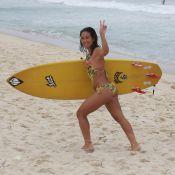 Daniele Suzuki surfa e mostra boa forma com maiô 'engana-mamãe'