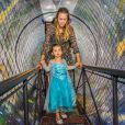 Dani Monteiro chegou com a filha por um túnel que remete aos desenhos animados
