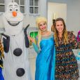 Dani Monteiro com as personagens do filme 'Frozen'