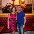Adriana Birolli posa com o dono do restaurante Paris 6, Isaac Azar