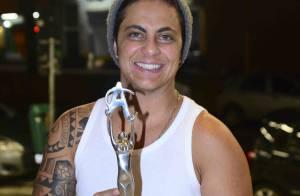 Thammy Miranda recebe troféu em premiação LGBT com presença de famosos