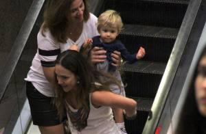 Gabriela Duarte se diverte carregando o filho nas costas durante passeio no Rio