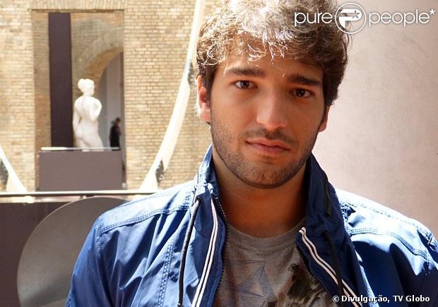 Fabinho (Humberto Carrão) rouba dinheiro de uma cliente da mãe e é levado para a delegacia, em 'Sangue Bom', em 3 de maio de 2013