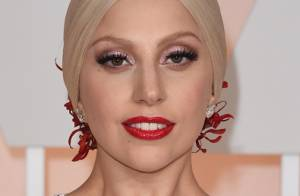 Lady Gaga faz aniversário de 29 anos noiva e ostenta anel de noivado milionário