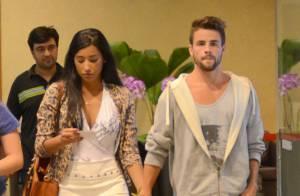 Ex-BBBs Rafael e Talita passeiam de mãos dadas em shopping do Rio