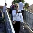 Ana Maria Braga em mais uma reportagem externa, desta vez em Portugal. Ao acenar para a câmera com o celular na mão, a aparelho voou