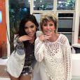 Bem-humorada, a apresentadora posa ao lado da cantora Anitta fazendo a pose clássica da dona do hit 'Show das Poderosas'