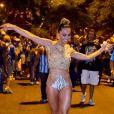 Sabrina Sato  usa cropped top bordado da grife Trinitá e biquíni Adriana Degreas para ensaio de rua da Unidos de Vila Isabel