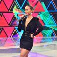 A apresentadora escolheu um vestido curto com decote profundo para apresentar o 'Programa da Sabrina', na Record