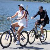 Malu Mader e Tony Bellotto passeiam juntos de bicicleta no Rio de Janeiro