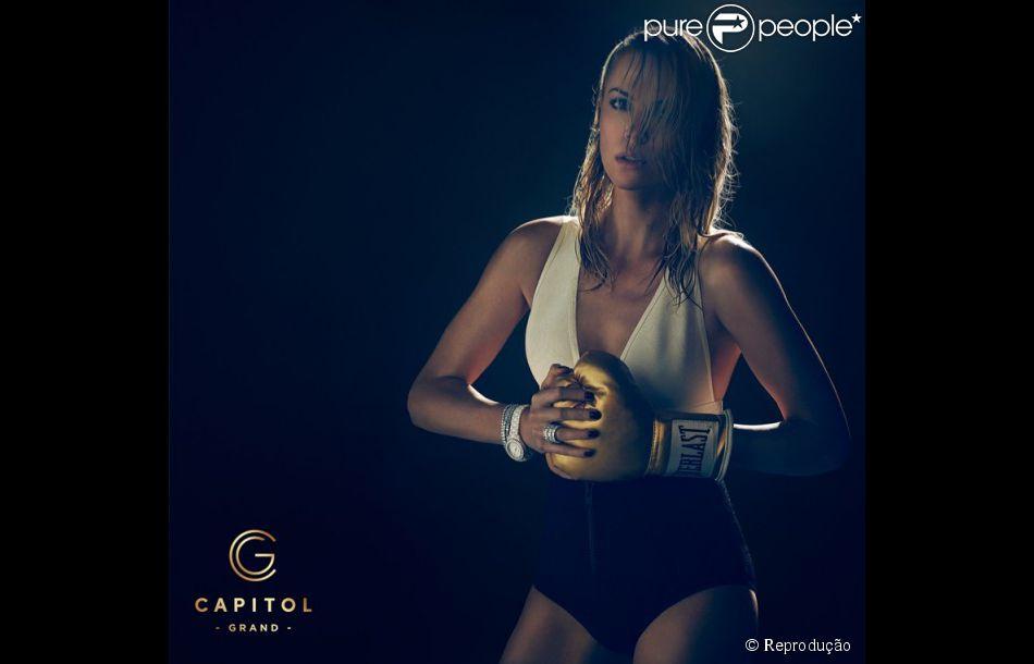 Charlize Theron posou de luvas de boxe douradas para promover o primeiro prédio residencial seis estrelas da Austrália