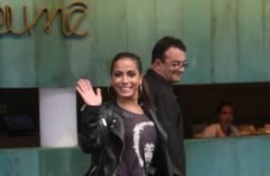 Anitta acena para fotógrafos durante tarde de passeio por shopping do Rio