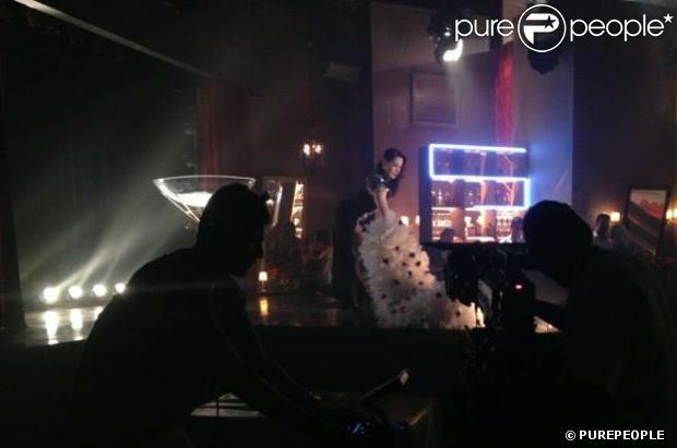 Lívia (Claudia Raia) faz strip-tease em um cabaré, em cena de 'Salve Jorge'